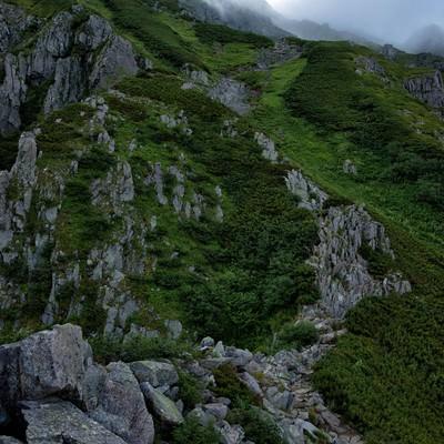 前穂高岳へ続く登山道の写真