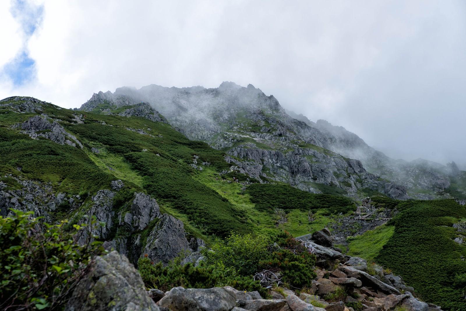 「雲がかかる前穂高岳(標高3019メートル)」の写真
