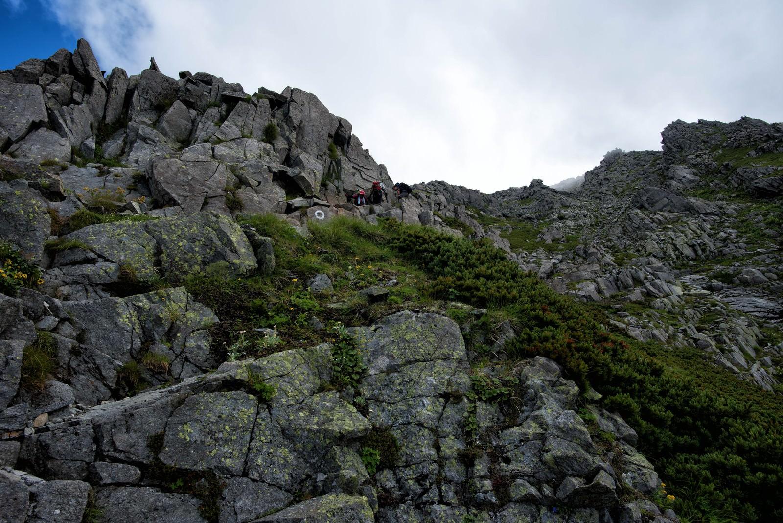 「前穂高岳の山頂直下に聳え立つ岩場」の写真