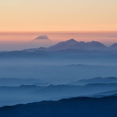 北アルプスから望む富士山の写真