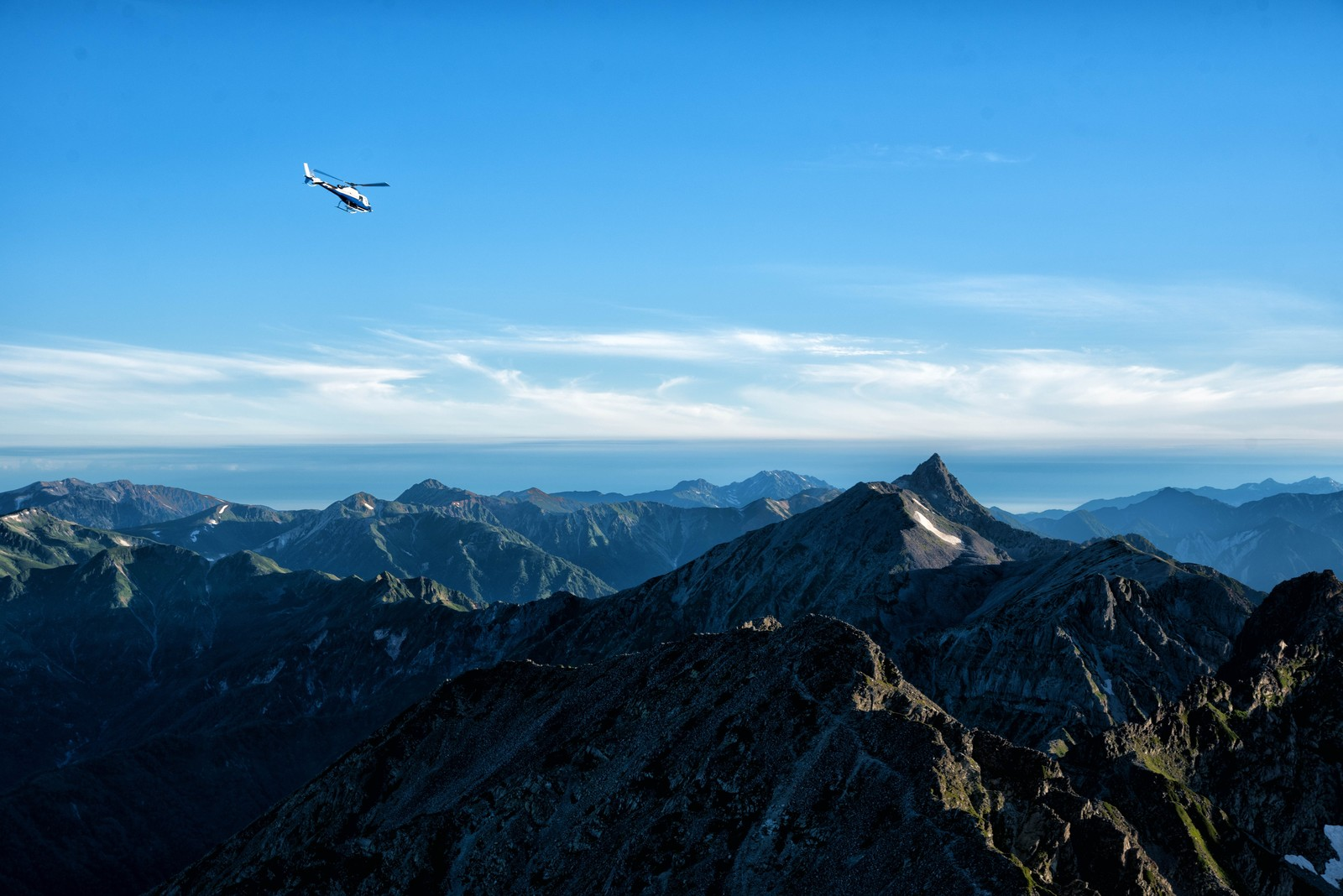 「登山道から望む北アルプスとヘリコプター | 写真の無料素材・フリー素材 - ぱくたそ」の写真