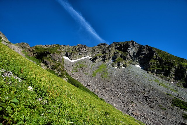 北穂高岳の岩壁に見える青空の写真