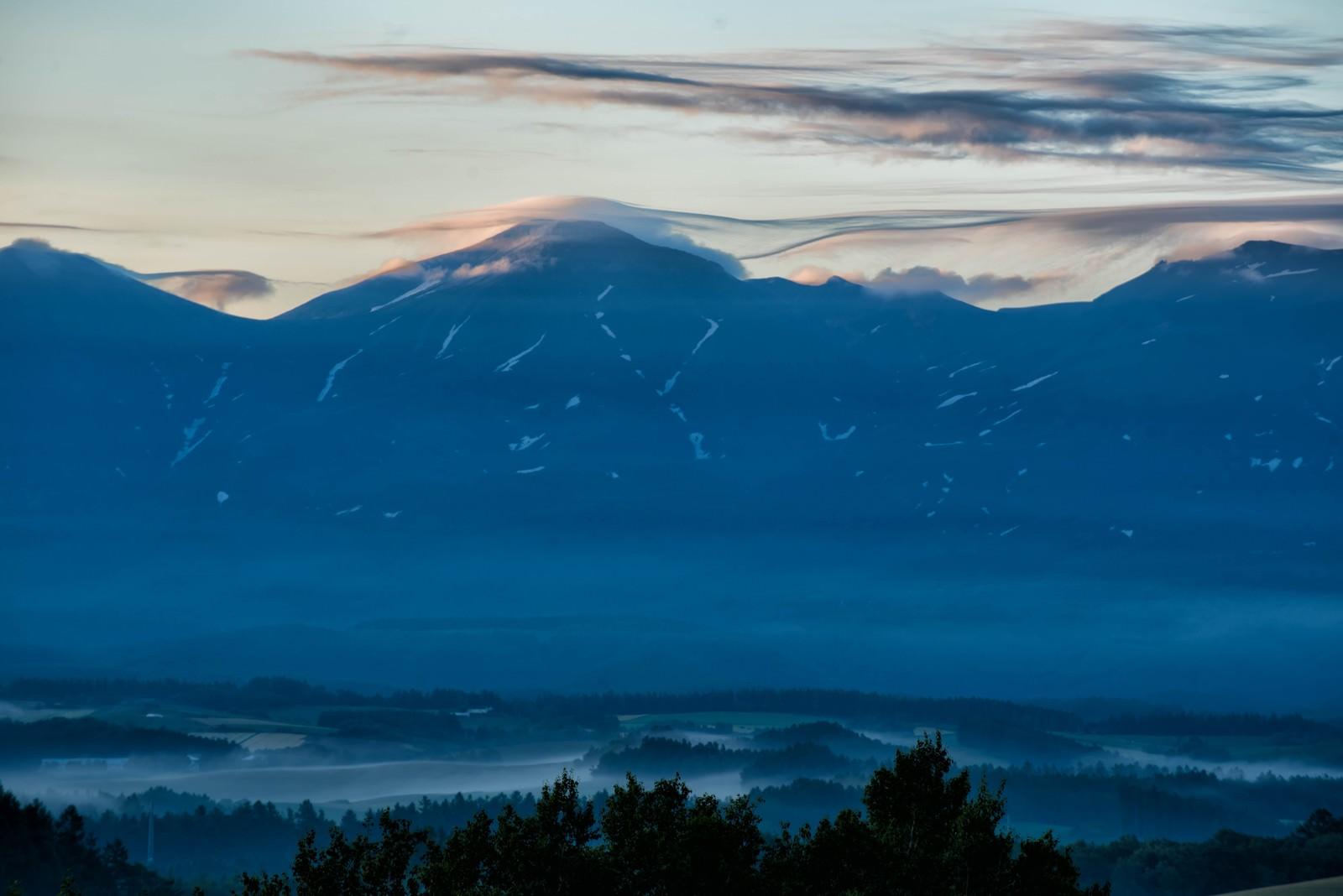 「十勝岳にかかる笠雲」の写真