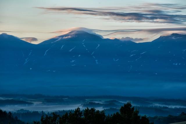 十勝岳にかかる笠雲の写真