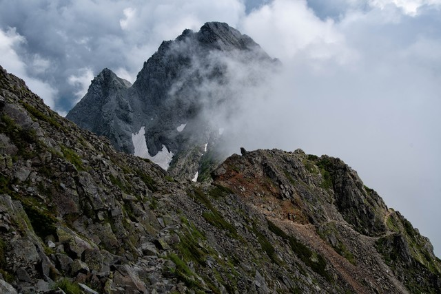 雲が沸き立つ吊尾根の登山道の写真
