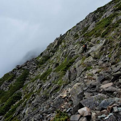 険しい斜面の吊尾根の岩稜の写真