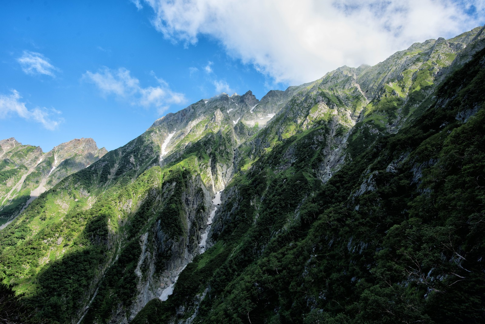 「穂高岳の岩壁に映る雲の陰」の写真