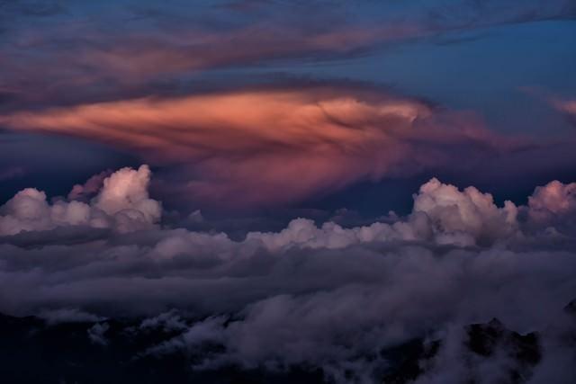 夕暮れに染まる積雲の写真