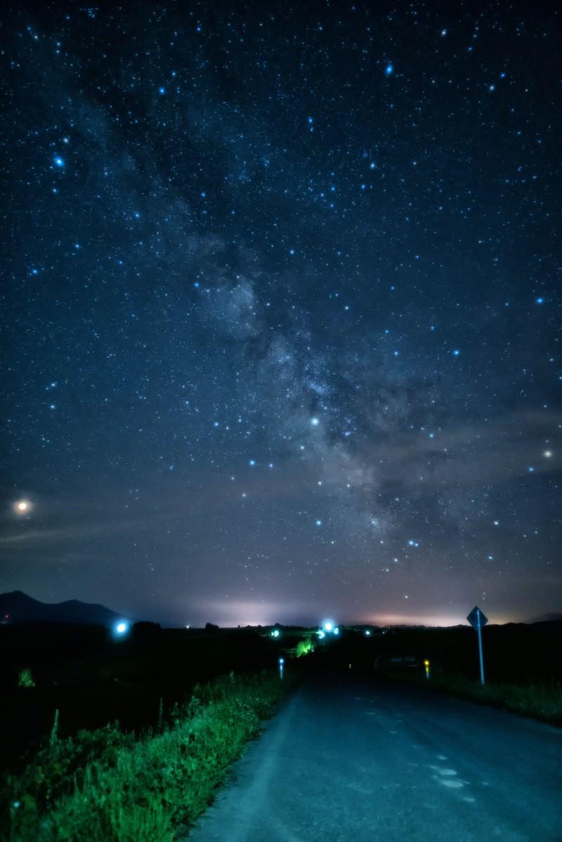 「富良野の道路から眺める天の川」の写真