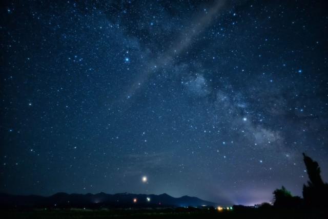 夜空に広がる天の川の写真
