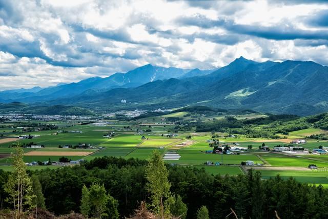 富良野にある山の麓の田舎町の写真