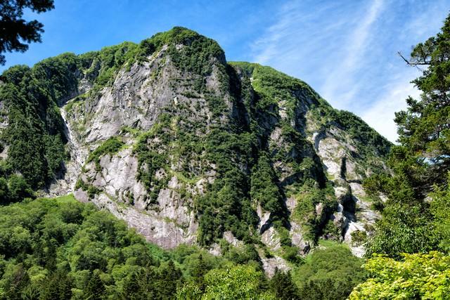 圧倒的な存在感で佇む屏風岩の一枚岩の写真
