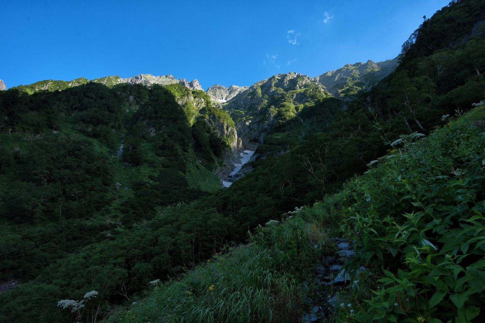 「山間に見える吊尾根の岩壁」の写真