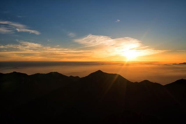 常念山脈から昇る朝日の写真