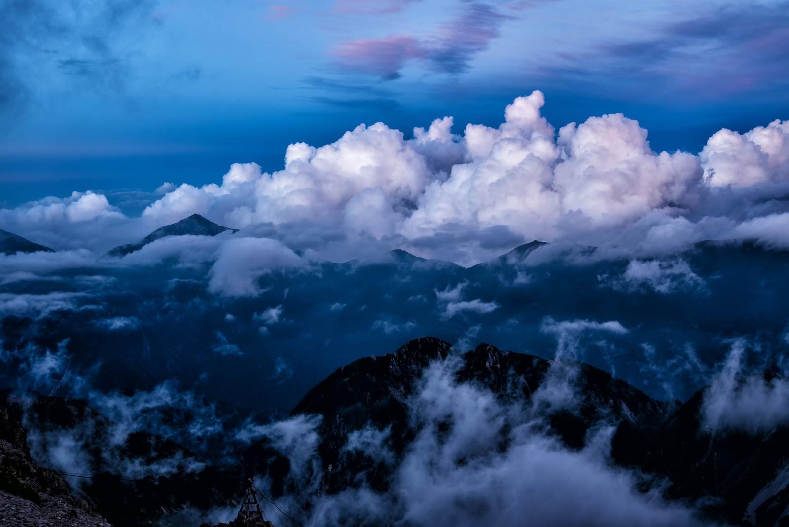 「雄大積雲に包まれる常念山脈」の写真