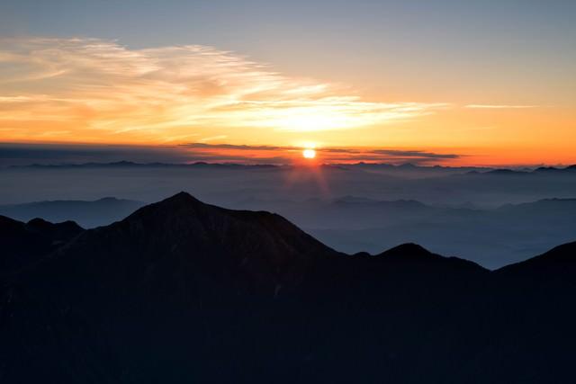 常念岳と日の出の写真