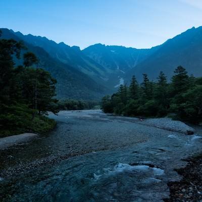 上高地から続く川の流れの写真