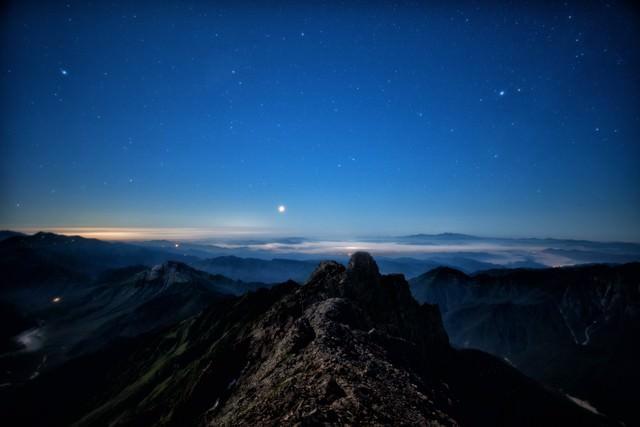 星空と雲海を望むジャンダルムの写真