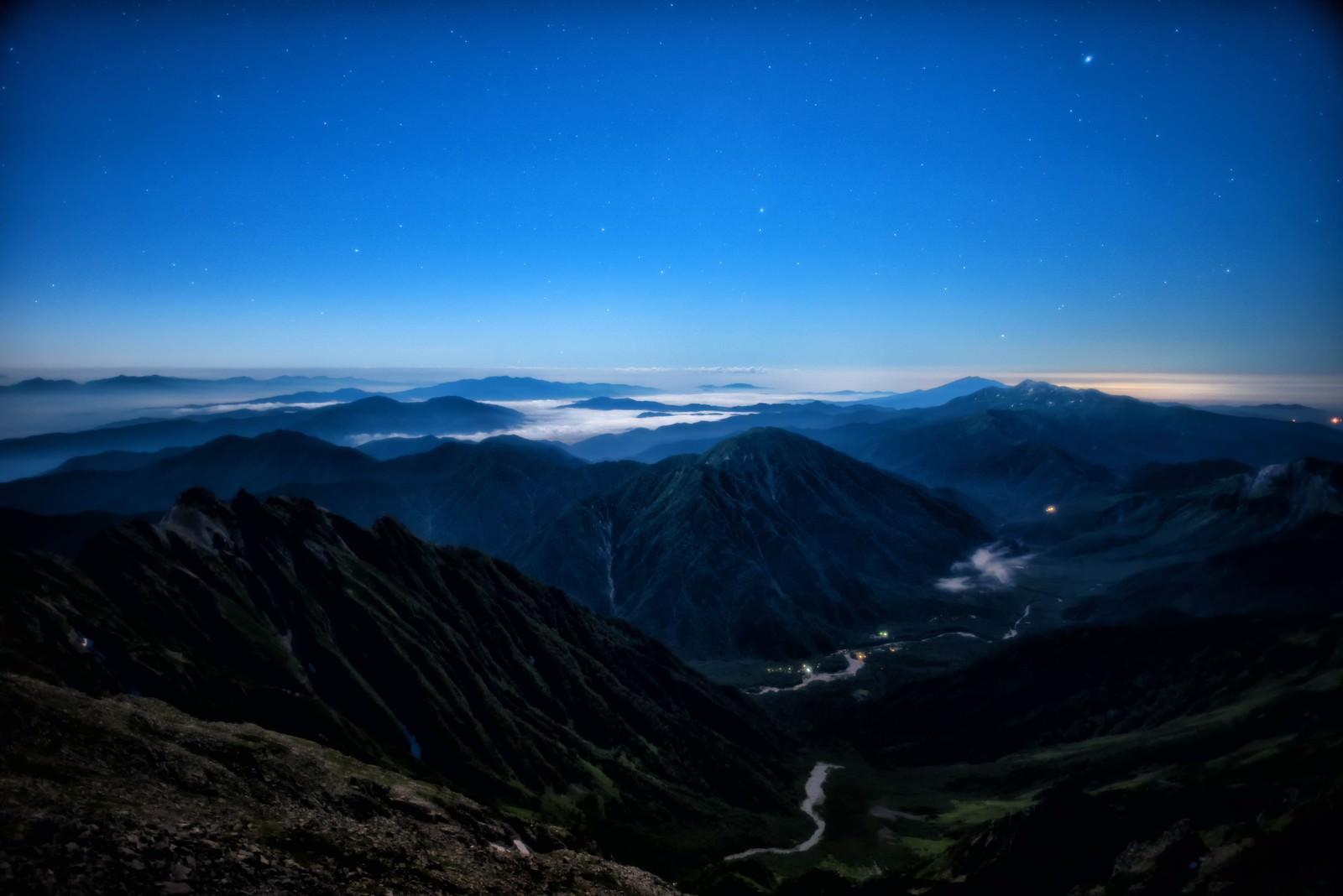 「月明かりに包まれる上高地の絶景」の写真