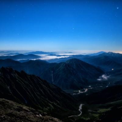月明かりに包まれる上高地の絶景の写真