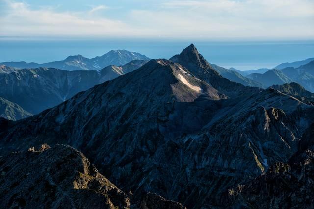 朝日に照らされる槍ヶ岳の美しさの写真