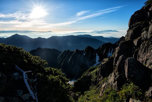朝日に照らされる穂高の山道の写真