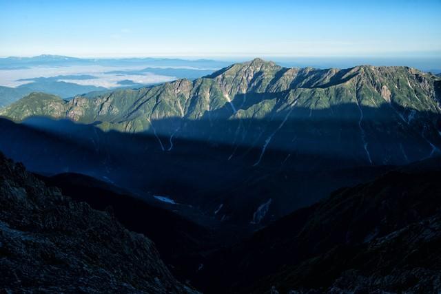 朝日を浴びる笠ヶ岳の写真