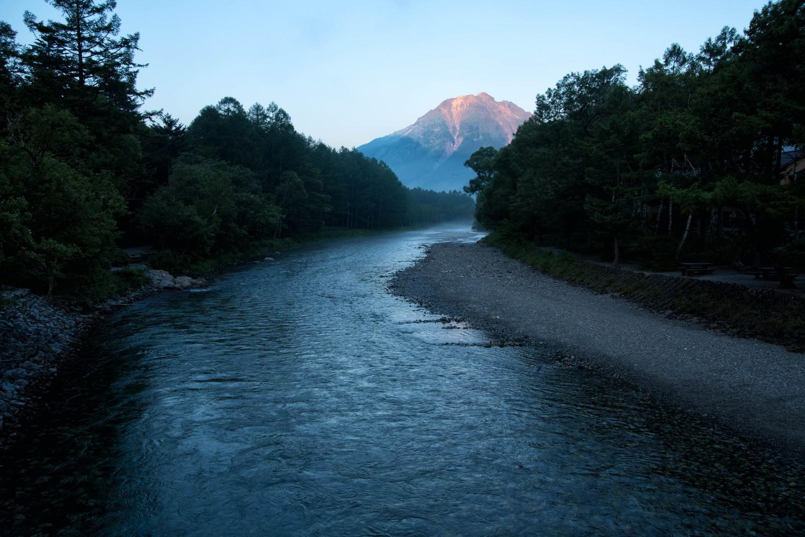 「朝焼けに染まる焼岳に続く梓川」の写真