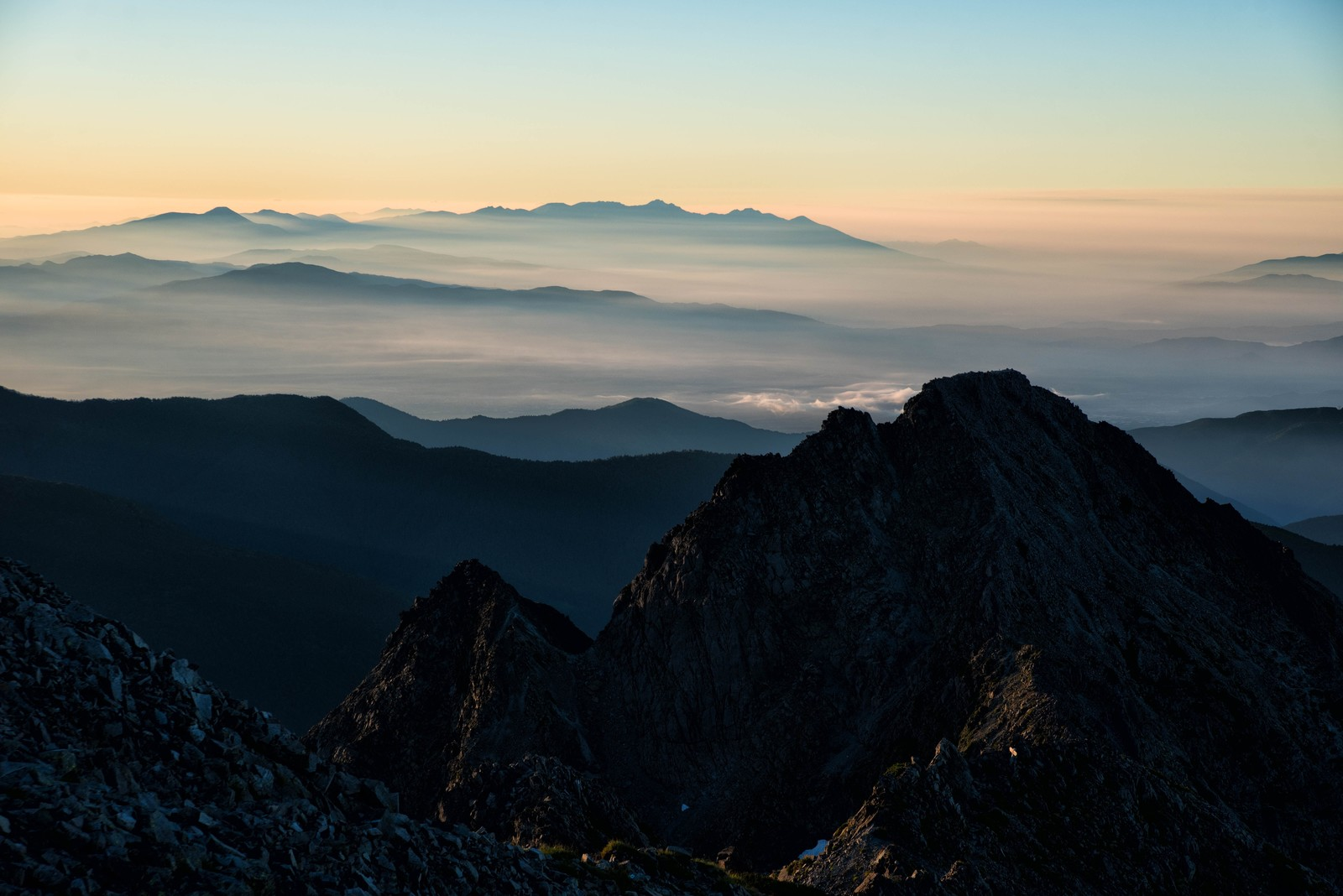 「朝焼けの八ヶ岳と前穂高岳」の写真
