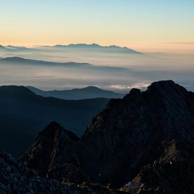 朝焼けの八ヶ岳と前穂高岳の写真