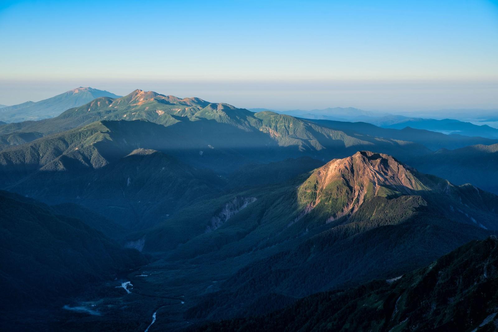 「朝焼けに照らされる焼岳と乗鞍岳」の写真