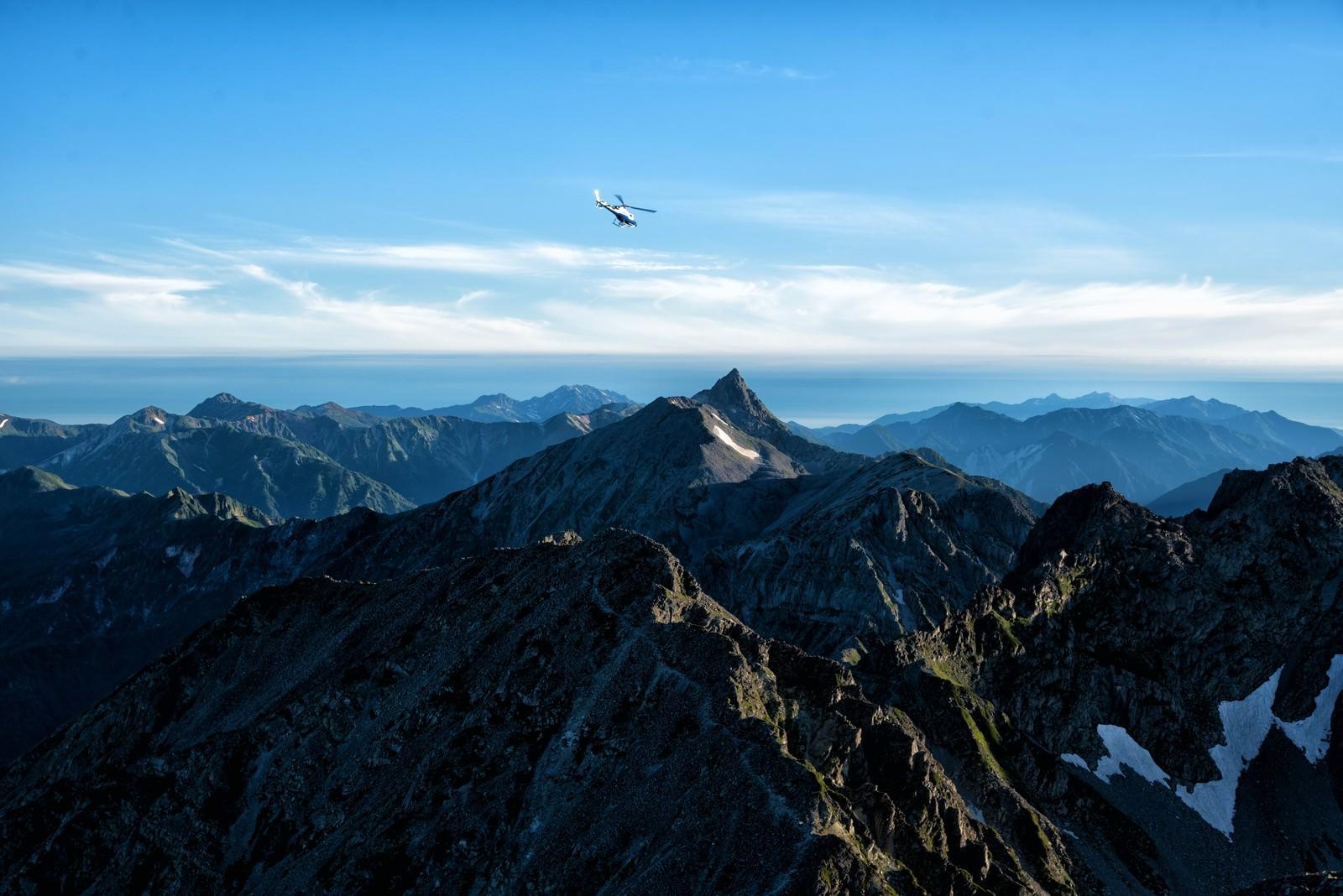 「槍ヶ岳方面に飛び立つヘリコプター」の写真