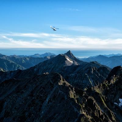 槍ヶ岳方面に飛び立つヘリコプターの写真