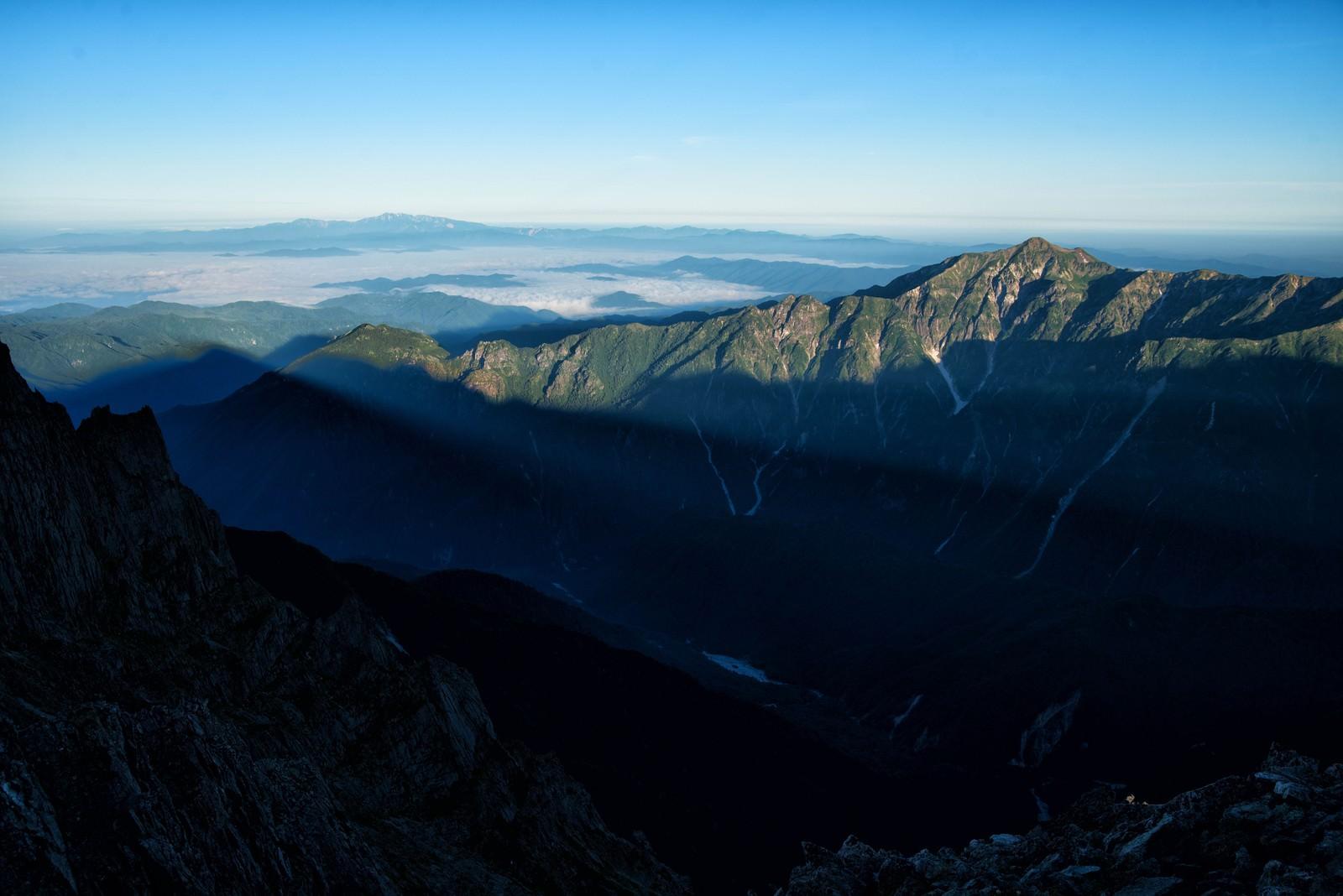 「穂高から伸びる影と笠ヶ岳」の写真