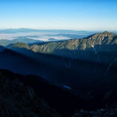 穂高から伸びる影と笠ヶ岳の写真