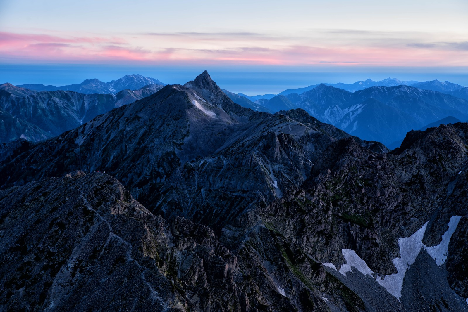 「茜色に焼けた空と飛騨山脈」の写真