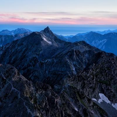 茜色に焼けた空と飛騨山脈の写真