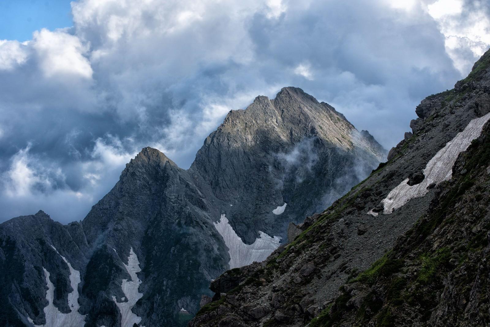 「沸き立つ雲から顔を出す前穂高岳」の写真