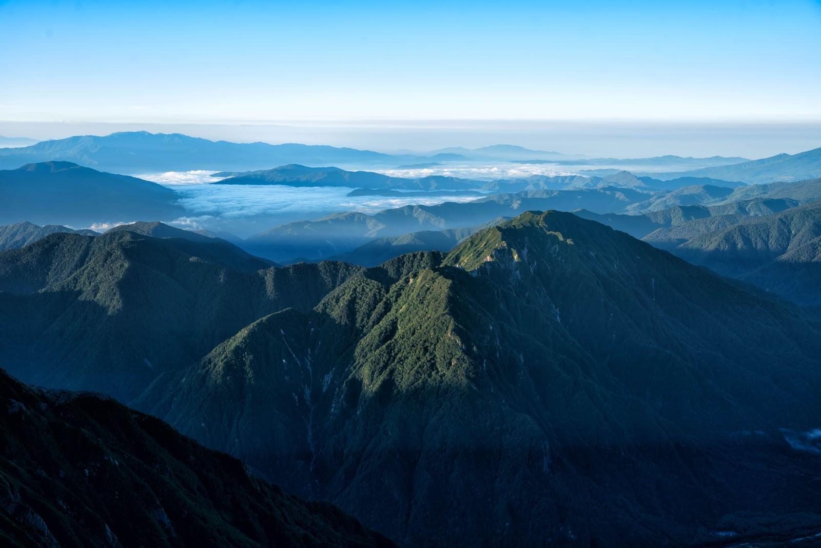 「霞沢岳の雲海に浮かぶ南アルプス」の写真