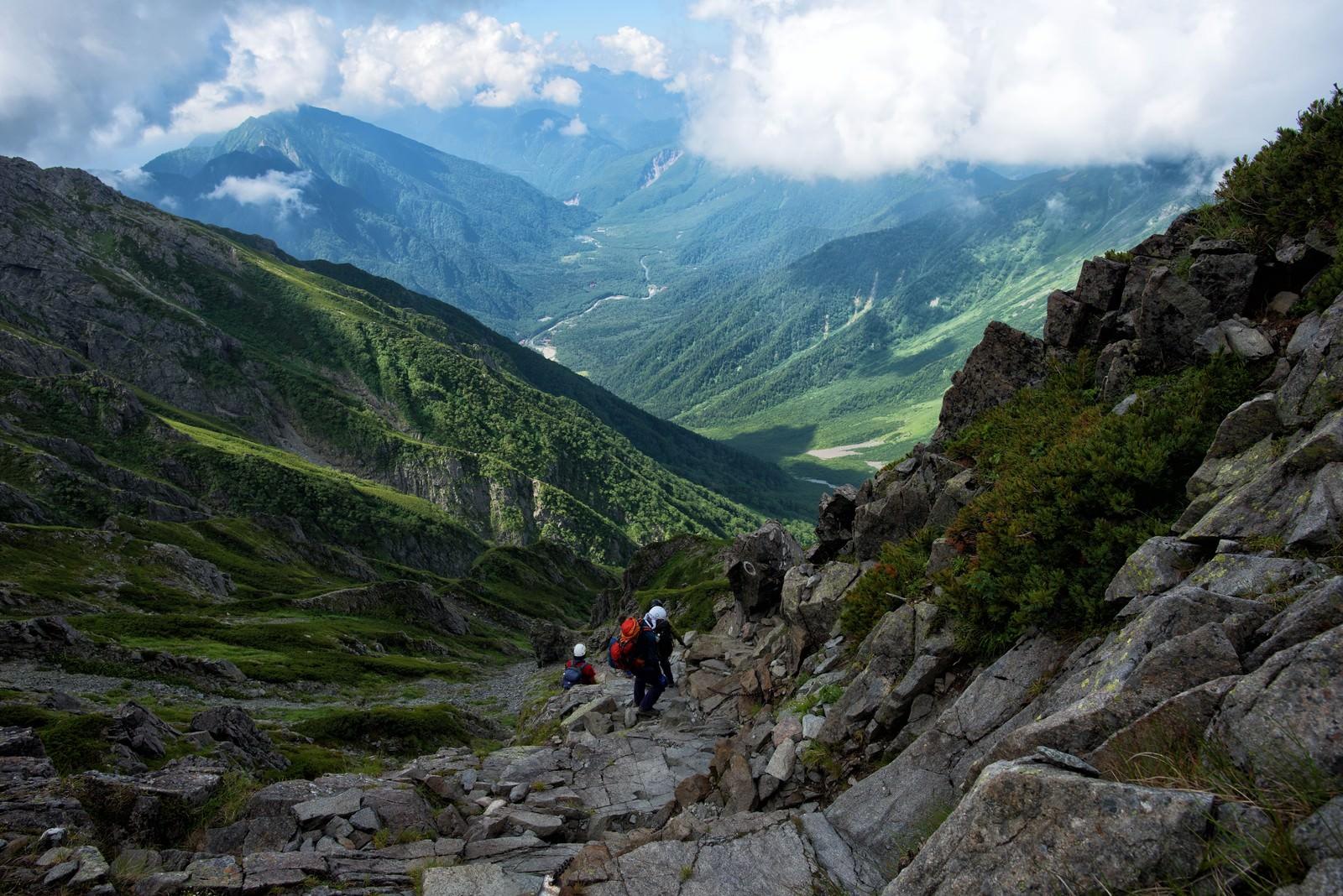 「ガレ場に挑む登山者」の写真