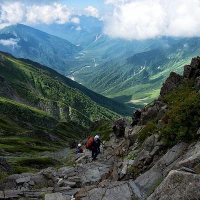 ガレ場に挑む登山者の写真