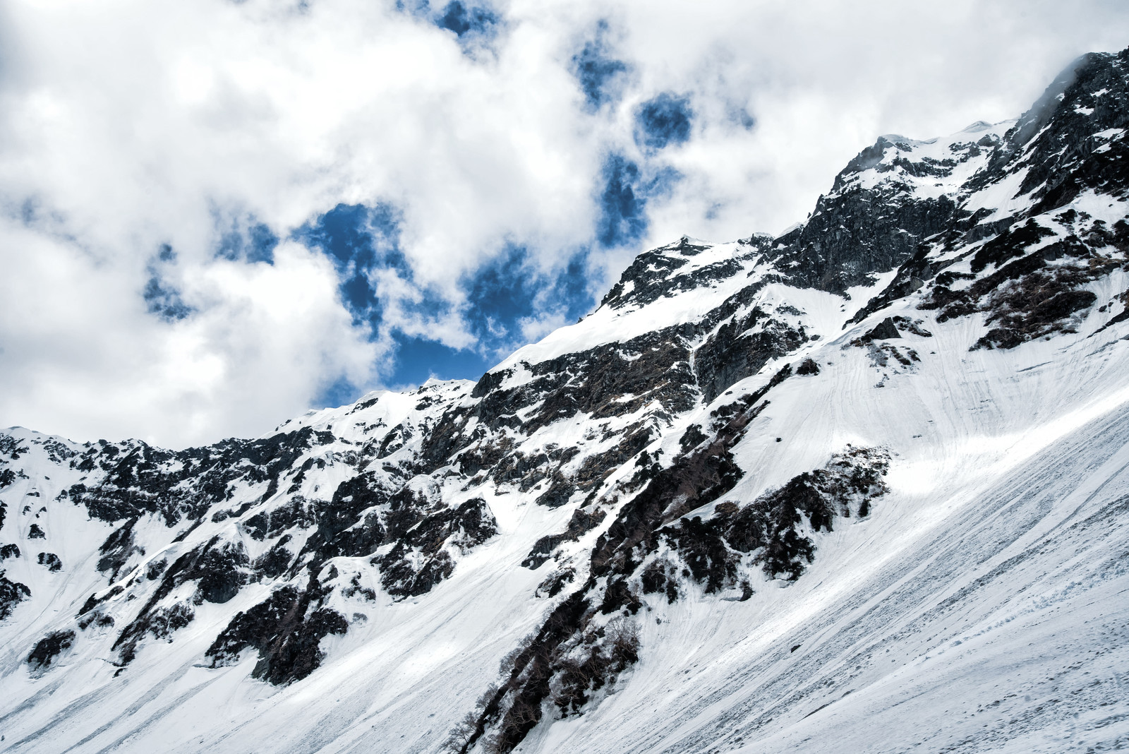 「迫りくる奥穂高岳の断崖(北アルプス)」の写真
