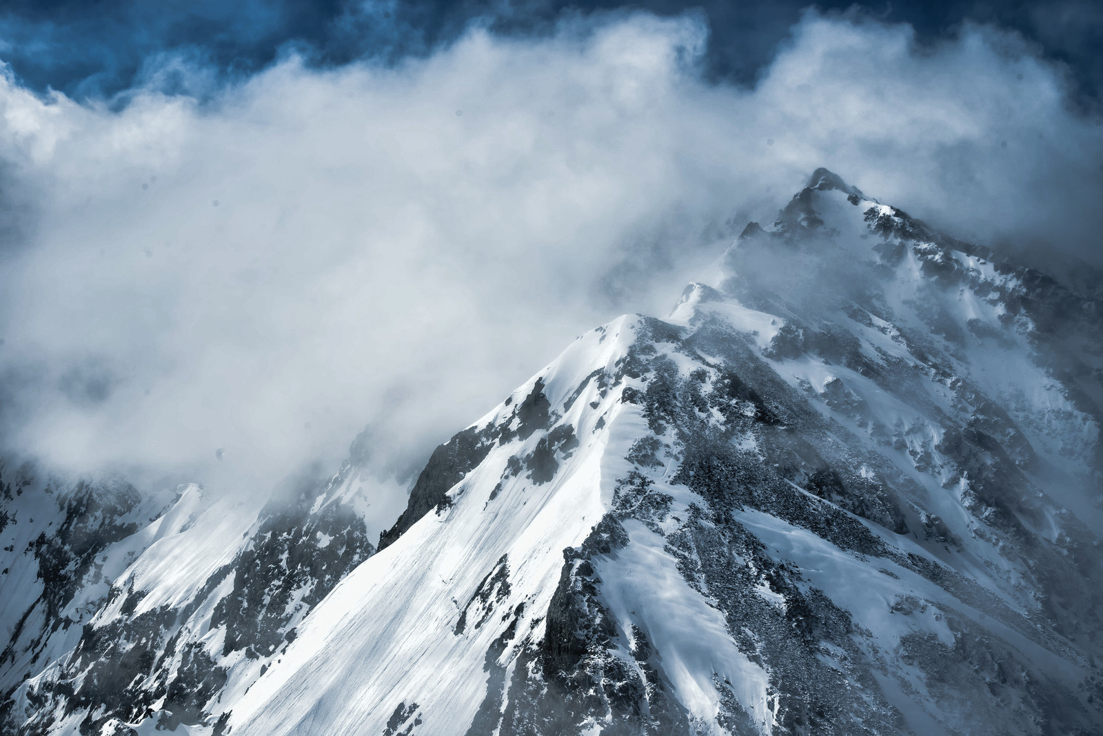 「雲から現れる奥穂高岳(北アルプス)」の写真
