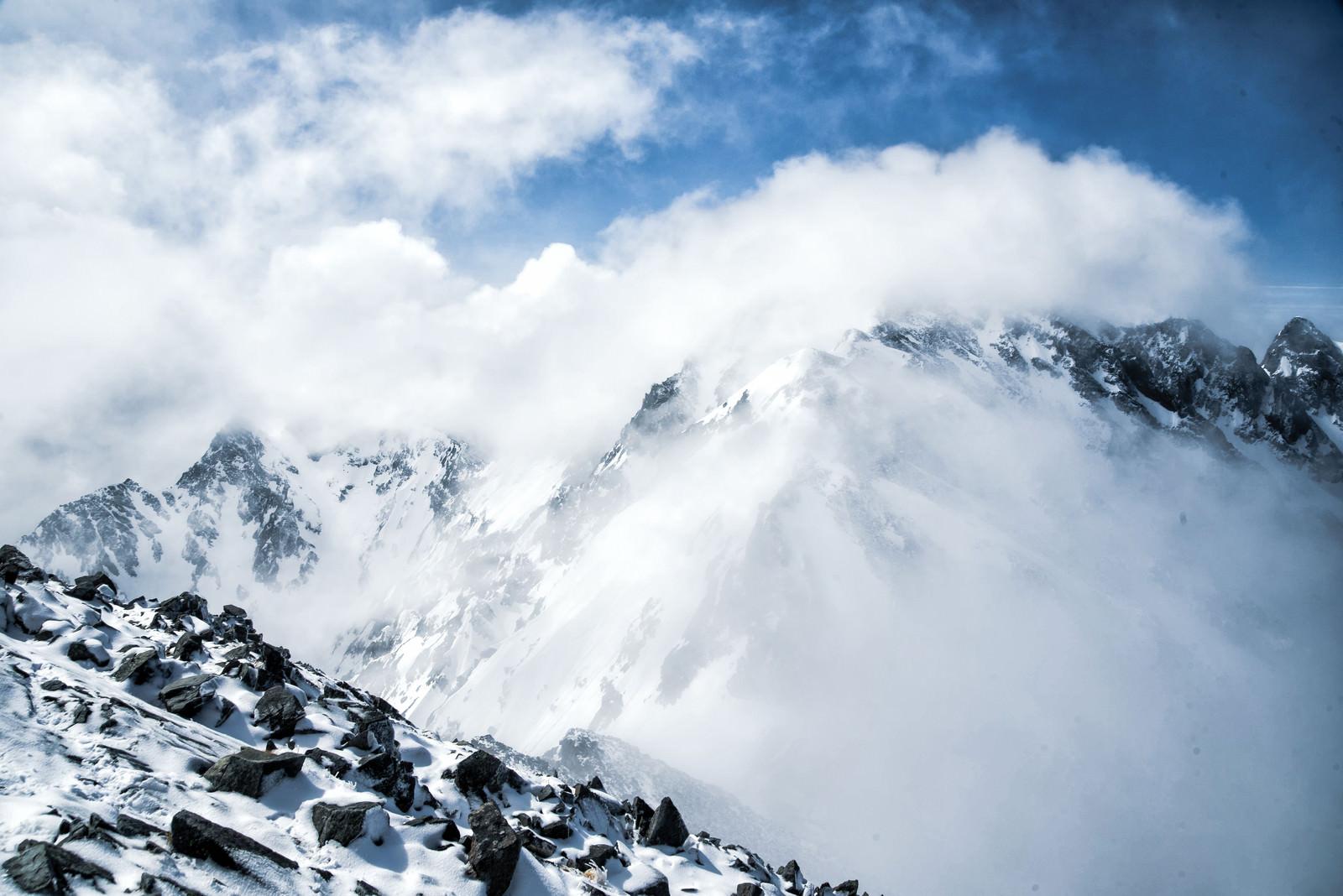 「雲に飲まれた穂高連峰(飛騨山脈)」の写真