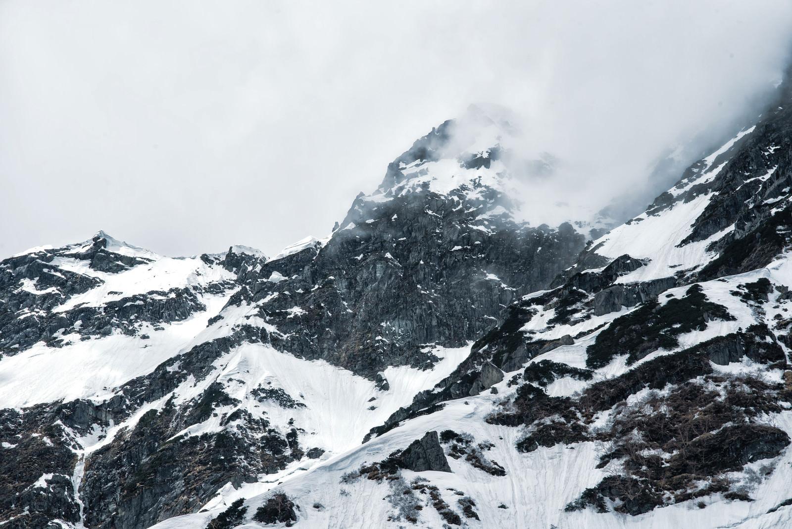 「奥穂高岳の山頂と絶壁(北アルプス)」の写真