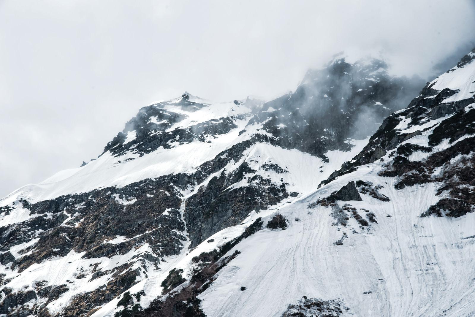 「断崖にかかる雲と奥穂高岳(飛騨山脈)」の写真