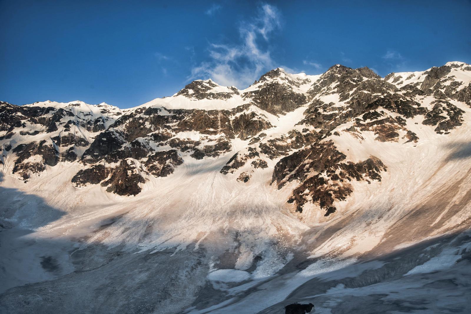 「太陽が差す奥穂高岳の断崖(飛騨山脈)」の写真