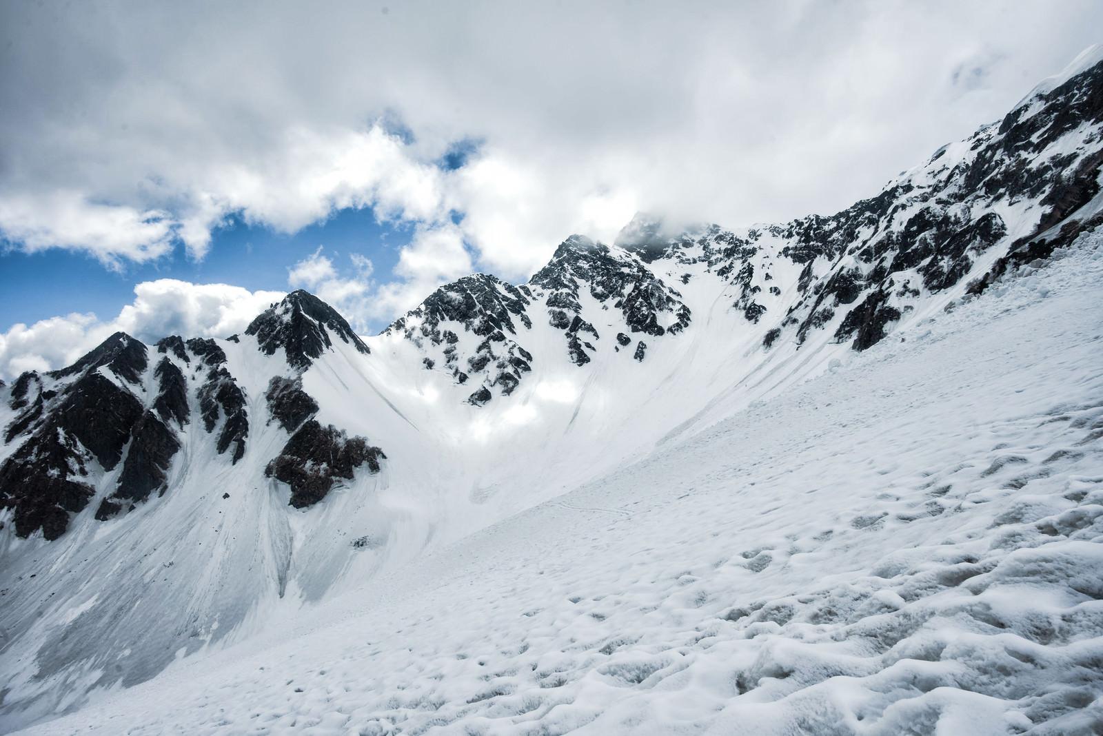 「僅かな晴れ間から覗く前穂高岳(飛騨山脈)」の写真