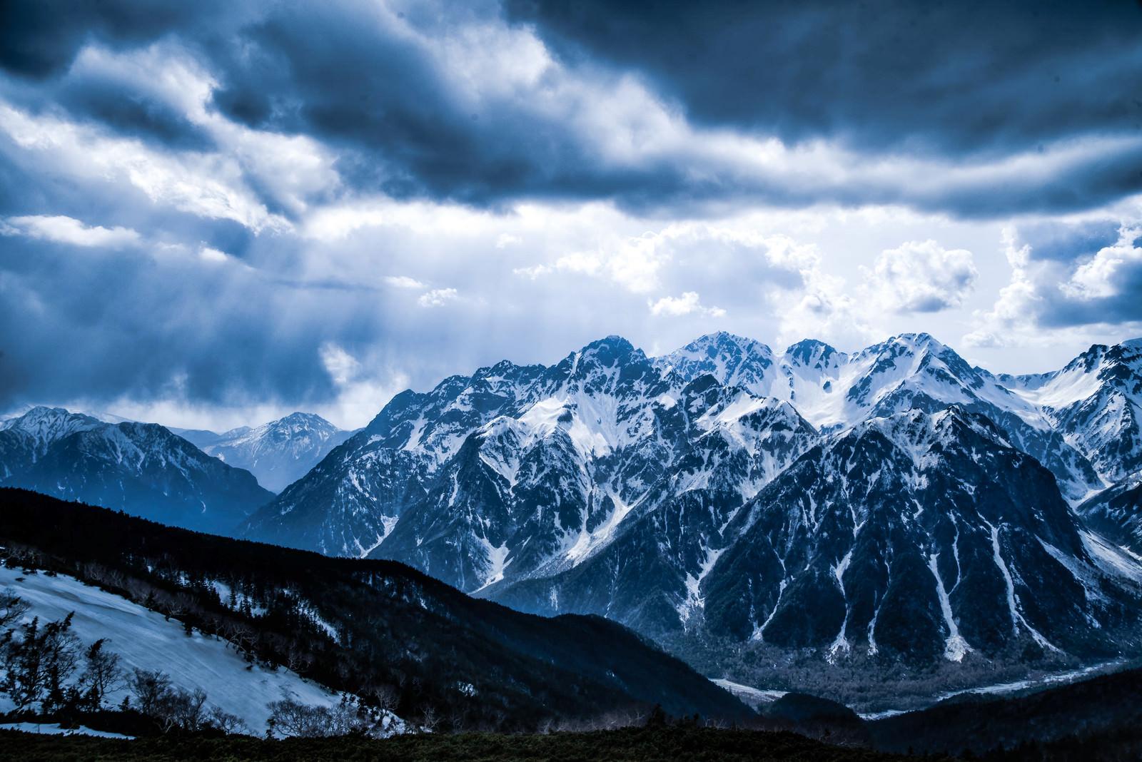「穂高連峰にそそぐ天使のはしご」の写真