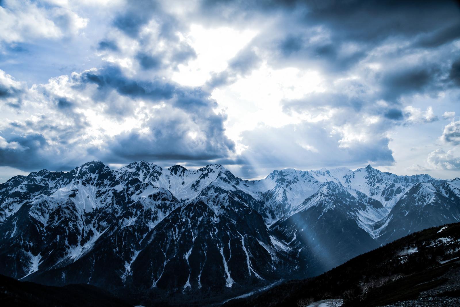 「光が落ちる神々しい飛騨山脈(北アルプス)」の写真